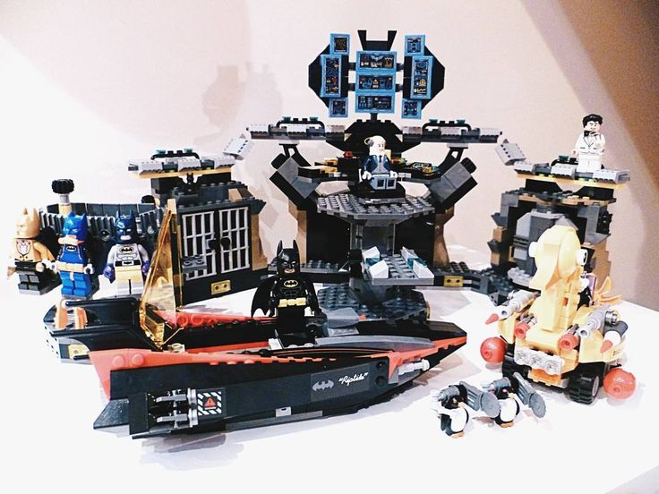 De duurste set gebaseerd op de LEGO Batman Movie maar tevens één van de beste. Enorm veel figuurtjes enorm veel blokjes. Perfect voor de die hard LEGO fan.     #geekstercollection #lego #legobatman #merch #batman #penguin #batcave #afol #legobatmanmovie #legophotography #legostagram #lego70909