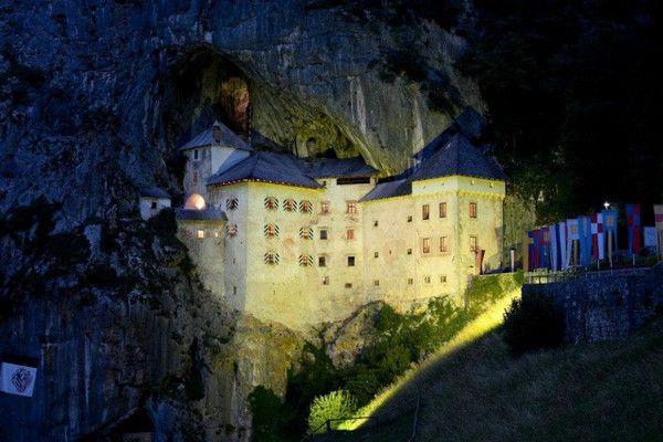 Предъямский замок (Словения) был построен в горной пещере в 1274 году. Его мощная крепость выдержала многочисленные ожесточенные бои.В 1567 году замок был восстановлен вместе с многочисленными секретными туннелями и проходами.