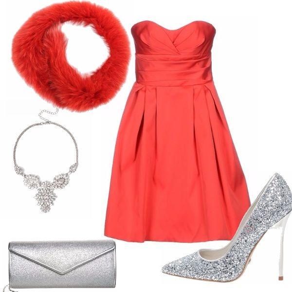Rosso e argento, per l'outfit super festaiolo, abito corto da principessa, illuminato da preziosi accessori e scarpe in argento. Civettuolo il collo in pelliccia... rigorosamente rosso!