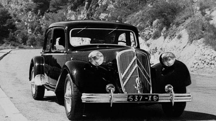 El Citroën Traction Avant es conocido en España como '11 Ligero', está considerado como uno de los coches más bonitos de la Historia, diseñado por Flaminio Bertoni, quién también firmó el DS o el 2CV (el 2CV, señoras y señores. Quítense los sombreros!) Las primeras unidades del TA salieron de fábrica en 1934 y además de tener Tracción Delantera fue el primer vehículo con carrocería auto-portante. www.doscaballos.org
