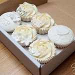 A touch of bling... por The Cupcake Studio
