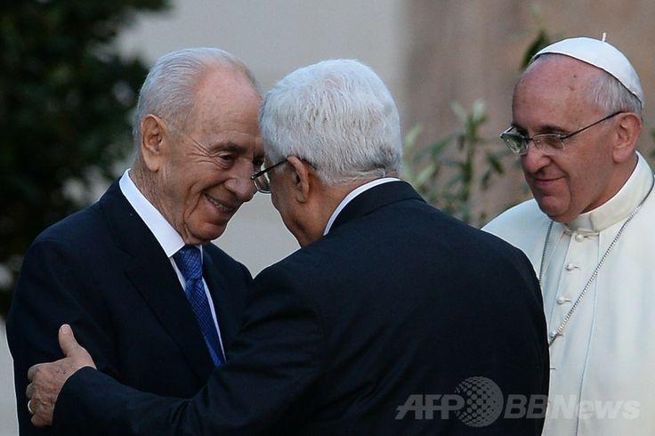 バチカン市国で、平和祈願の式典に出席した後、ローマ・カトリック教会のフランシスコ(Francis)法王(右)が見守る中、イスラエルのシモン・ペレス(Shimon Peres)大統領(左)と握手するパレスチナ自治政府のマフムード・アッバス(Mahmud Abbas)議長(2014年6月8日撮影)。(c)AFP/FILIPPO MONTEFORTE ▼9Jun2014AFP|ローマ法王、イスラエル・パレスチナ両首脳と平和祈願 http://www.afpbb.com/articles/-/3017106 #Vatican #Pope_Francis #Papa_Francisco #Papa_Francesco #Shimon_Peres #Mahmud_Abbas