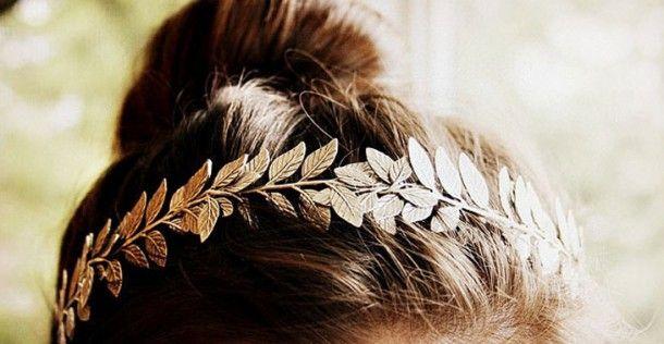 DIY: Maak zelf deze fancy haarband met gouden veren | NSMBL.nl