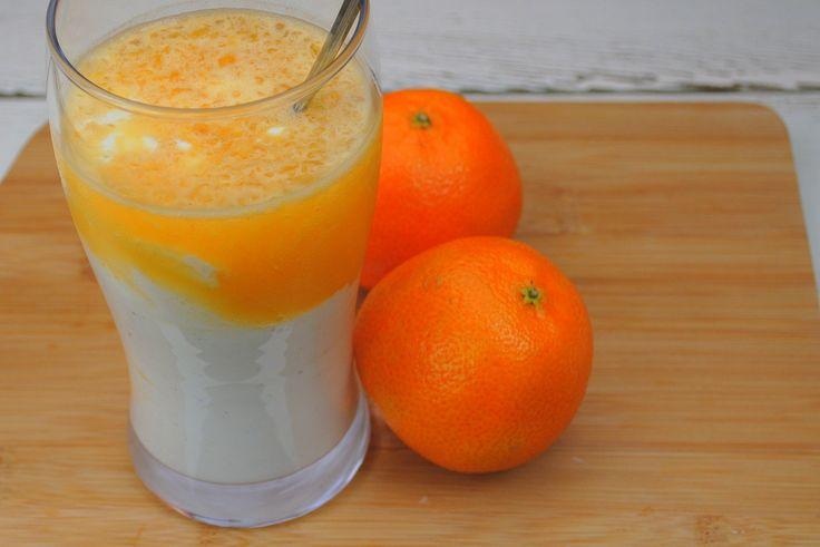 Kennen jullie de sinassplit nog, het lekkere ijsje met sinaasappelsmaak en vanilleroomijs? Die vond ik altijd erg lekker! Ik heb daar met een aantal simpeleingrediënten een variatie op gemaakt, namelijk de split in een glas! Wat heb je nodig voor 2 glazen? 6 eetlepels Griekse yoghurt sap van 3 sinaasappels 1 snufje vanillepoeder of 2 druppels vanille extract theelepel honing 4 flinke eetlepels crushed ice of flink wat ijsblokjes Hoe maak je het? Meng in een schaaltje de Griekse yoghurt met…