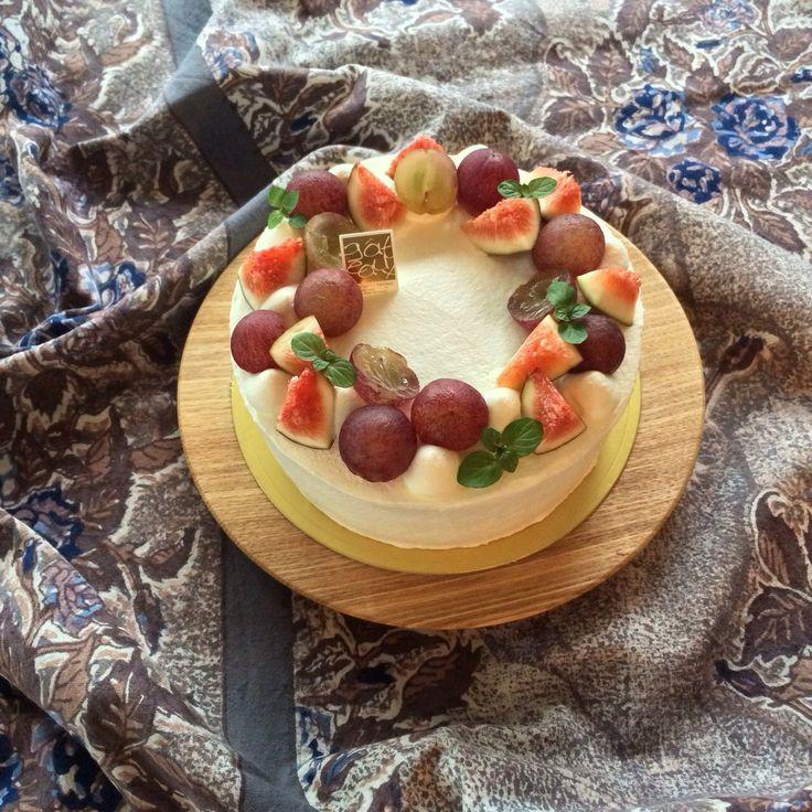 葡萄と無花果のショートケーキ。今シーズン何回作ったかな⁇何度作ってもデコレーションケーキは楽しい(*´꒳`*)