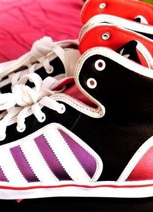 Kupuj mé předměty na #vinted http://www.vinted.cz/damske-boty/kotnikove-boty/17693383-stylove-originalni-kotnikove-tenisky-adidas-barva-pinkblackwhite