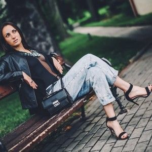 Boyfriend and heels. Photo by photo.kubajsz.com. More photos at freecoolina.cz. #boyfriend #heels #fashion #blogger #blog #moda #brunette #brunetka #black #outfi t #ootd #style