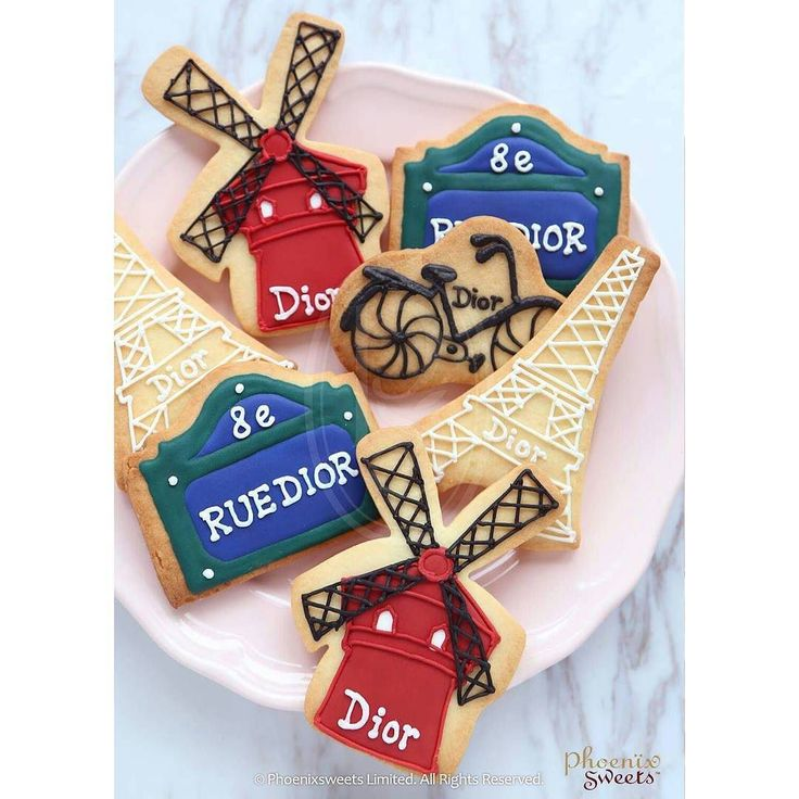 Cookies for @dior  很有法式感覺的手繪曲奇  By Phoenix Sweets Hong Kong --------------------------- Food Factory Licence No: 2963804620 Shop: S103 PMQ Central HK For enquiry: email order@phoenixsweets.com Online store: http://ift.tt/2gbGopf Website: http://ift.tt/1q5hbS5  #phoenixsweets #cookie #icing #dior #branding #businessevent #cookieart #icingart #cakeartist #handpaint #handcraft #hk #hkig #pmq #pmqhk #hongkong