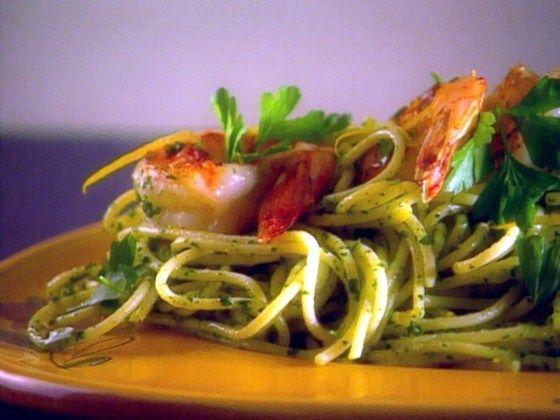 Спагетти с соусом песто из рукколы и королевскими  креветками
