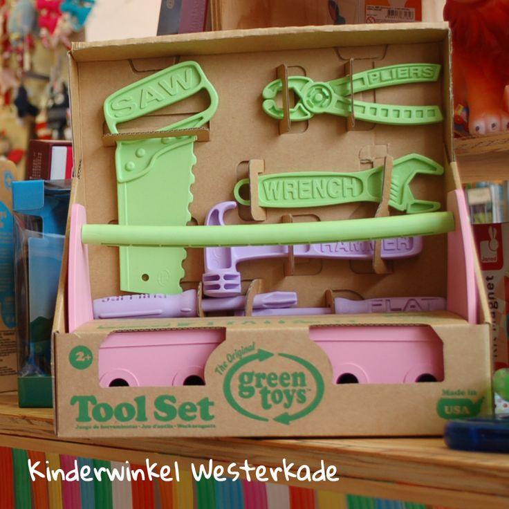 """Deze gereedschapskist is van het merk """"Green Toys"""".  Ze maken hun speelgoed van oude plastic melkflessen.  De verpakking van alle hun producten zijn zo minimaal mogelijk gehouden en helemaal van karton, zonder plastic. Ook zitten er geen BPA, phthalaten, PVC  of coatings op. Een goed, veilig en milieuvriendelijk product."""