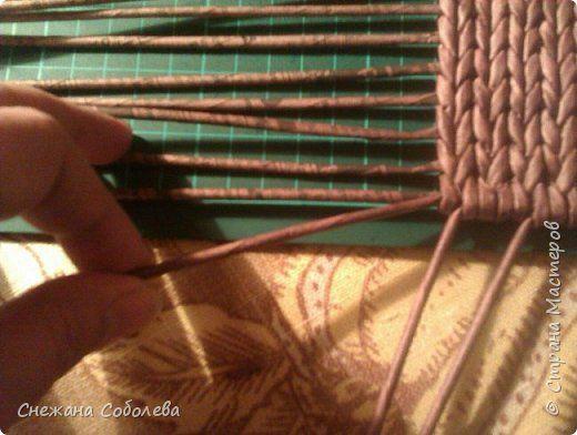как удобно, без особых усилий нарастить боковые стоячки. Я их вставляю уже по ходу плетения. Прикладываю к крайнему стоячку дна, оплетаю четыре ряда их вместе.