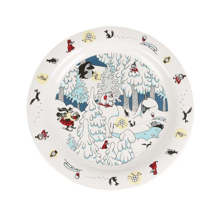 Beautiful Winter themed plastic platefeaturing beloved Moomin characters. Size21,5 x 1,5 cmKaunis Muumi Talvimaa lautanenlapsille, jossa nähdään rakastettuja Muumi-hahmoja.Koko:21,5 x 1,5 cmVacker Mumin tallrikav plast perfekt för barn med vintrigt tema. Storlek:21,5 x 1,5 cm