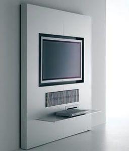 este mueble tv con el espacio por reproductor y dvd está frente a la cama doble del dormitorio más grande.
