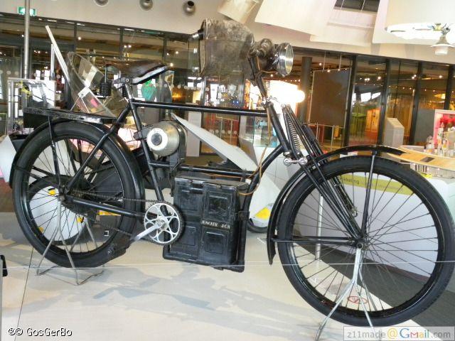 Juncker fiets1933 weegt zonder accu 50 kilo. Het frame was verzwaard om de tientallen kilo's van de motor en de accu te kunnen dragen. enz