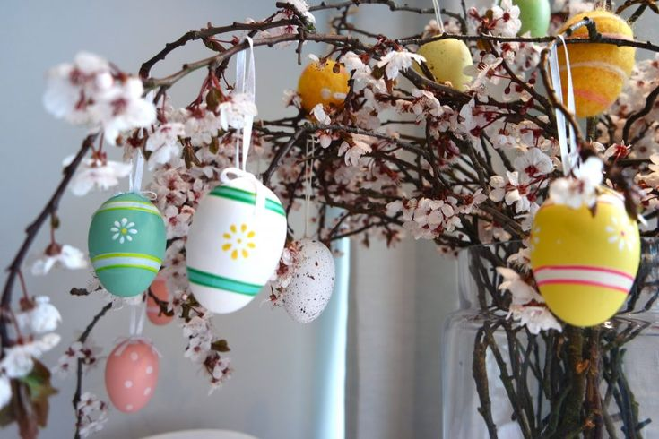3 simple ways to decorate a gorgeous Paskris Easter tree. The Scandinavians amped things up a little with their 'Påskris' tree, adding colourful feathers, baubles and eggs, and some people even hang little chickens (not real ones), to wipe away the winter. The twigs and branches represent a broom and the feathers get caught in the broom as we sweep. I, for one, am so done with winter and can't wait for the spring to be here in full swing! DIY idea  glad pask!