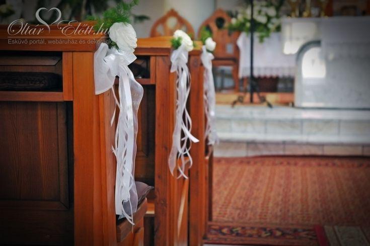 Templom dekoráció, masni és virágfej a padsorok oldalán
