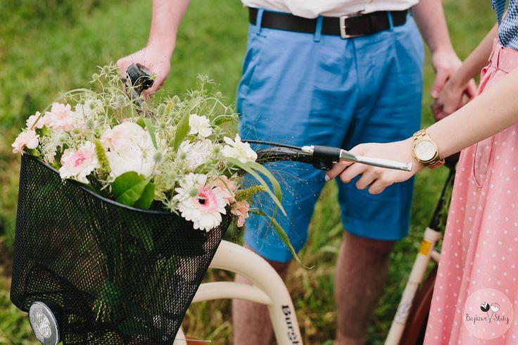 session brides / kwiaty w koszyku / romantyczna sesja ślubna z kwiatami / fot. Bajkowe Śluby