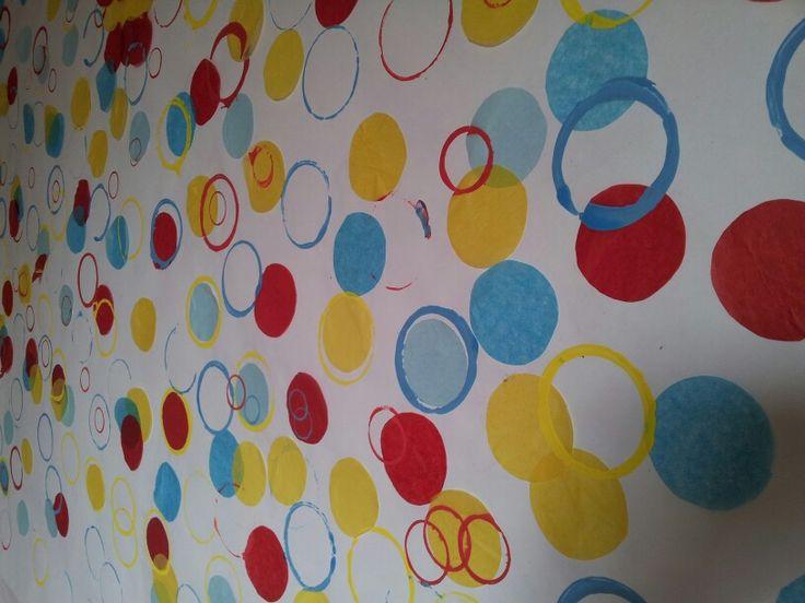 Este mural ha sido elaborado en el CUCC, el cual nos sirve de inspiración para realizar uno similar en el aula de Educación Infantil, pudiendo estampar más variedad de formas, colores, utilizar otros materiales como esponjas...