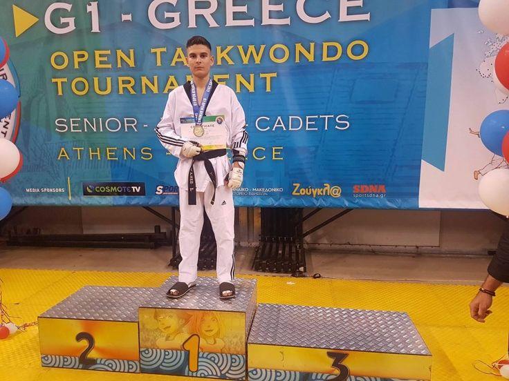 ΧΡΥΣΟ ΜΕΤΑΛΙΟ ο Θρυλικός Μπάτσης! Ο Φώτης μετά από 5 νικηφόρους αγώνες (Ταε Κβο Ντο) ανέβηκε στο υψηλότερο σκαλί του βάθρου στην κατηγορία -59kg, πετυχαίνοντας σημαντικές νίκες, απέναντι στον κατά πολύ ψηλότερο Τούρκο αθλητή στο δεύτερο αγώνα και απέναντι στον αθλητή από την Ιορδανία στον τρίτο αγώνα! Ο αθλητής του Θρύλου, πανηγύρισε μια πολύ σημαντική διάκριση στο βαθμολογούμενο από την Παγκόσμια Ομοσπονδία πρωτάθλημα G1 στο οποίο συμμετείχαν συνολικά 900 αθλητές από 30 χώρες!