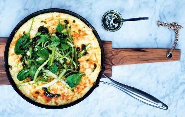 Frittata med asparges, kål og pesto
