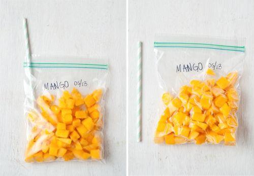 - Alimentos que continuam conservados se cortados ou picados: pimentões, abacate, manga, abacaxi, melão, ervilha, cenoura, brócolis, couve-flor, frutas de caroço (pêssegos, ameixas, cerejas), maçã (sim, você pode congelar maçãs), abobrinha e abóbora. Esses saquinhos são ótimos para o armazenamento! foto reprodução: Design Mom
