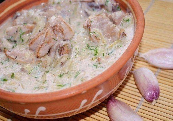 Гюльчехра_1_2 куриное мясо (можно с костями) 400 гр, лук 2 шт (100 гр), чеснок 5 зуб, мука 1 ст. ложка, молоко 50 мл, сметана 4-5 ст. ложки, вода или бульон 150-200 мл, зелень, соль и перец по вкусу, хмели-сунели 1/2 ч. ложки, тмин 1/3 ч ложки, сахар 1/2 ч ложки.