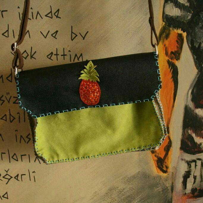 yeni el işi ve özgün tasarım deriden askılı çanta | new handmade and unique design leatherwork courier bag ●●●●●●●●●●●●●●●●●●●●●●●●● #yeni #yenitasarım #elişi #özgün #tasarım #deri #deriişçiliği #deriçanta #çanta #askılıçanta #omuzçantası #ananas #motif #desen #pineapple #pineappledrawing #pattern #kendinyap #sanat #zanaat #aşkile #new #newdesigns #handmade #unique #leather #leatherworks #leatherbag #bag #courierbag #diy #withlove