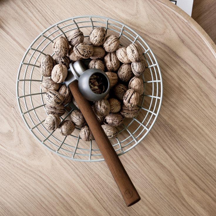 Mit seinem dunklen Holzgriff und dem Kopf aus Schmiedeeisen besitzt der Menu Nusshammer eine archaische Anmutung