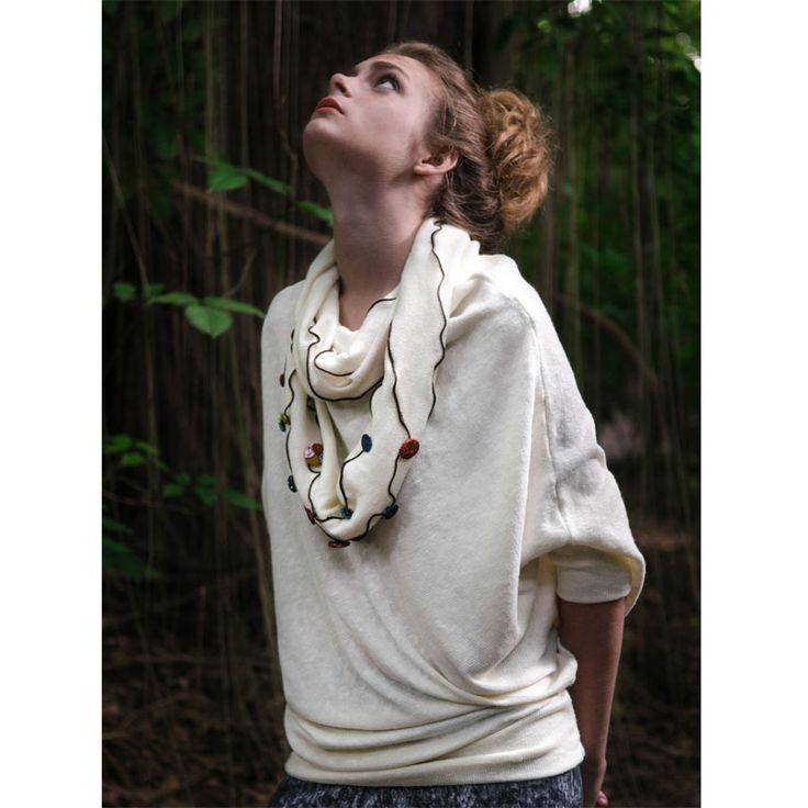 Buzo de lanilla. Cuello desmontable bordado con botones forrados. Diseñadora Natalia Michel