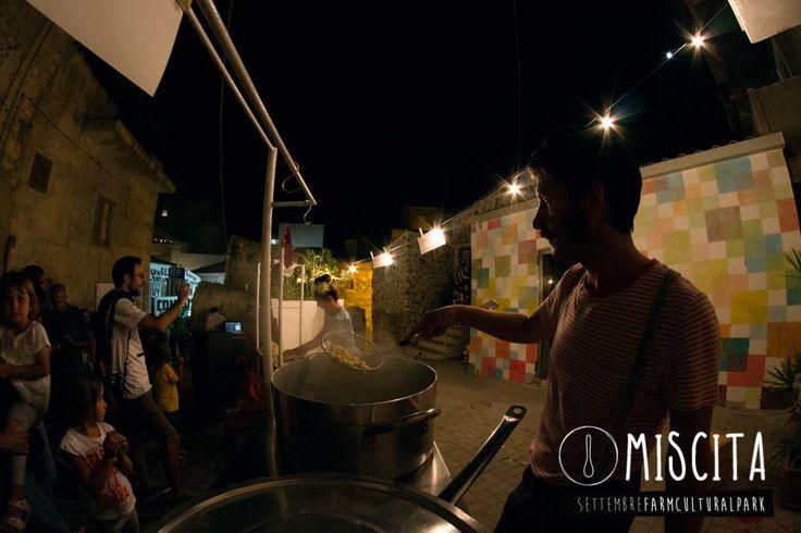 Per la strada si incontrano occhi, orecchie e bocche. @ Resistenza GastroFonica Viaggiante Night | Resistenza GastroFonica Viaggiante alla FARM CULTURAL PARK di Favara. Cibo sentimentale e musica in strada. ph.  Maki Ochoa