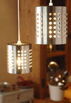 Des luminaires industriels grâce à deux égouttoirs à vaisselle, deux boites de conserve, du fil électrique et un peu d'huile de coude! A vous de jouer ;) #DIY #design #industriel #home #house #deco #interiordesign #cuisine #kitchen