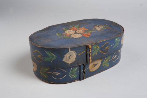 Softwood box, painted with flowers and sewn with cane, 1820-1840. | Openluchtmuseum Arnhem