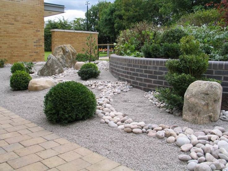 Garten im japanischen Stil anlegen - mit Stauden und Flusssteinen