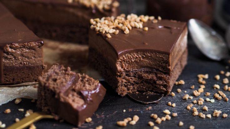 Ouf! Denne kaken var mildt sagt populær på insta. Og jeg kan skjønne hvorfor. Her får du en kombinasjon av myk, kremet sjokolademousse sammen med sjokoladekakebunn og toppet med en glansfull og kraftig sjokoladeganache. For chrunch så har jeg drysset nøttekrokan over. Så her er virkelig kaken av alle kaker. Så vanvittig godt. Jeg har …