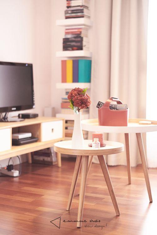 Amueblamiento y decoración en el piso de Inma - detalle mesas bajas #amueblamiento #furnish #decoracion #decor #salon #comedor #livingroom #dinnignroom #tonosneutros #neutraltones #wood #madera #rojo #red #negro #black