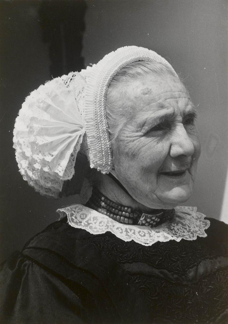 Weduwe Van der Linde uit Kampen in streekdracht. Ze is gekleed in de opknapdracht. 1942-1943 #Overijssel #Kampen #nieuwedracht