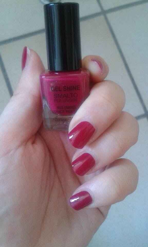 http://www.beautytester.it/tag/swatches-smaltooggi vorrei parlarvi di uno smalto che ho avuto modo di acquistare un mesetto fa da Bottega verde: il Gel shine color rosso ciliegia. Il pr