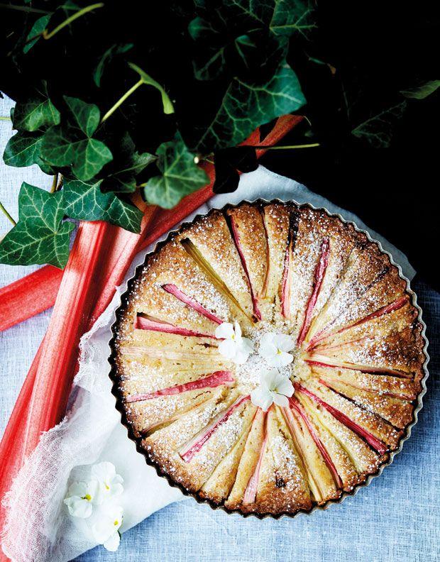 En luksuriøs rabarberkage, som stadig er nem lige at røre sammen. Mandelmelet giver en superlækker konsistens til den flotte kage. Et sikkert forårshit!