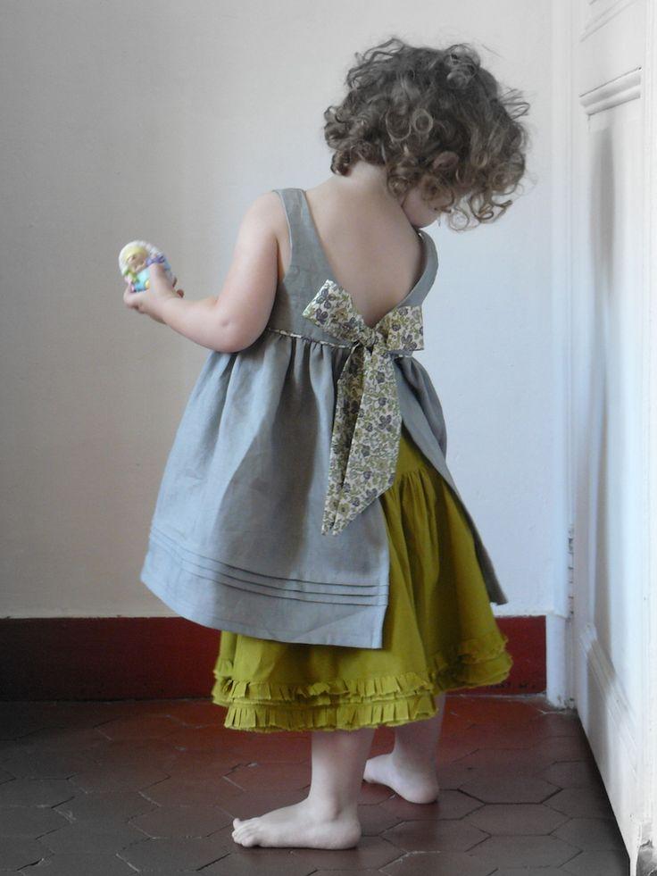 Robe tablier lin & liberty, réalisée sur-mesure. Personnalisez vos créations en quelques clics sur FOR ME lab, le select store de la personnalisation.