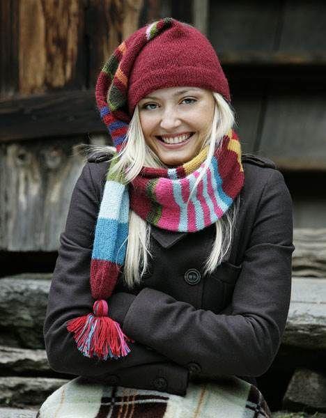 Flot og smart nissehue i frækt stribet mønster. Nissehuen strikkes med ud i et med et flot langt langt halstørklæde.