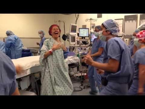 Esorcizzare la paura dell'intervento ballando!http://tuttacronaca.wordpress.com/2013/11/07/prima-della-doppia-mastectomia-balla-in-sala-operatoria/