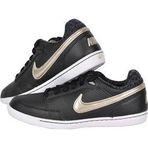 Aceasta pereche de pantofi sport de la Nike sunt ideali pentru fetele active innebunite dupa moda. Sunt din piele neagra si au emblema Nike, care imbratiseaza partea din spate, de culoare aurie, la fel ca logo-ul de la spate. Ceea ce va atrage atentia este captuseala cu imprimeu leopard de la spate si interior. Iar talpa alba, cusuta cu fir negru ofera un aspect cu totul unic.