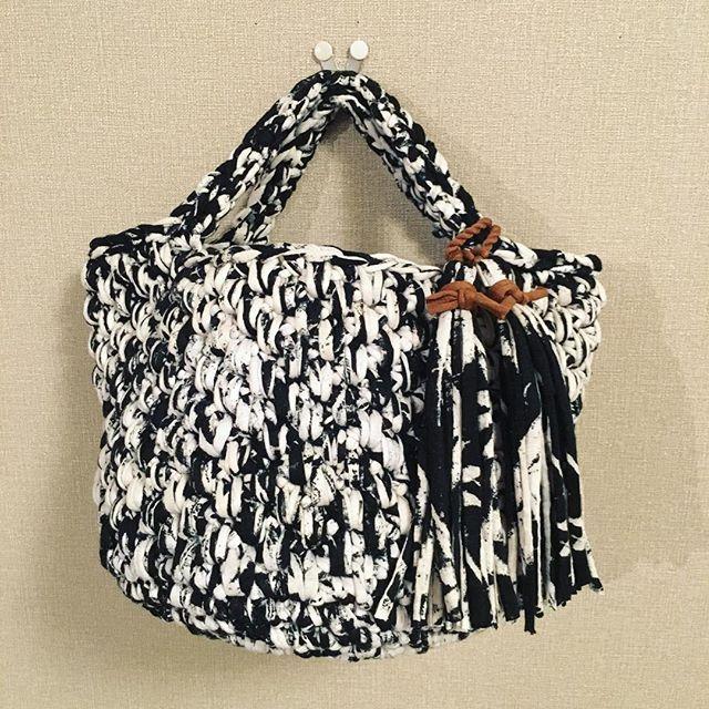 《サークルマルシェ》 さおりちゃんオーダー品 お手持ちの糸をお預かりして編んだこちらのマルシェ。 スプレーペイント風のプリント糸でコロコロっとした変わり細編みで編みました。 糸が長かったので、少し深いデザインに♥️ イメージ通りに作れたか不安です😆 タッセルは柄を生かして共糸で、ポイントにテラコッタカラーを🎵 たくさん使ってね〜! #couture_de_kaoru #handmade #hamdmadebag #handcroche #handcrafted  #zpagetti #ズパゲッティ #手編み #かぎ針 #かぎ編み #shonan #湘南 #オーダー #ありがとう