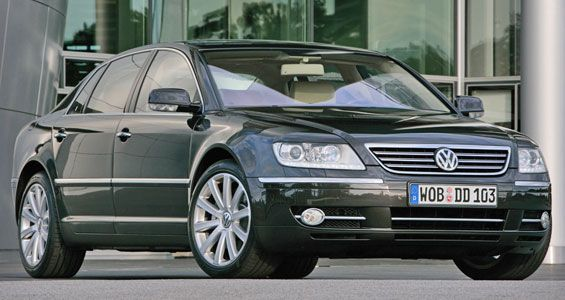 VW Phaeton in front of the Glass House