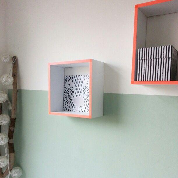 De nieuwe babykamer met op de muur kleur Camelot van Gamma en fluo oranje accenten.