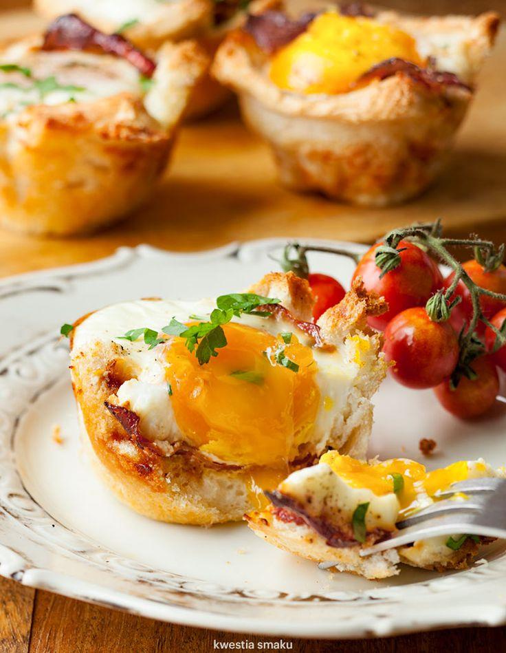 Jajka zapiekane w tostach w formie na muffiny