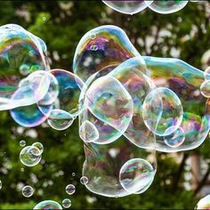 Einfaches Rezept für Riesenseifenblasen. Spaß im Freien für die ganze Familie.