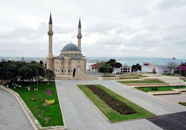 Tarihi İpek Yolu'nun en önemli duraklarından biri olan Azerbaycan, coğrafik konumuyla Batı ve Doğu dünyası arasında bir köprü olagelmiştir. Tarih öncesine ait taş resimler, Ramana tepelerindeki volkanlar ve doğal gazın yarattığı ekonomik refahın en çok etkisini hissettirdiği kent olan Bakü'nün tarihi eserleri, ülkenin turizm potansiyeline çok büyük katkıda bulunur.