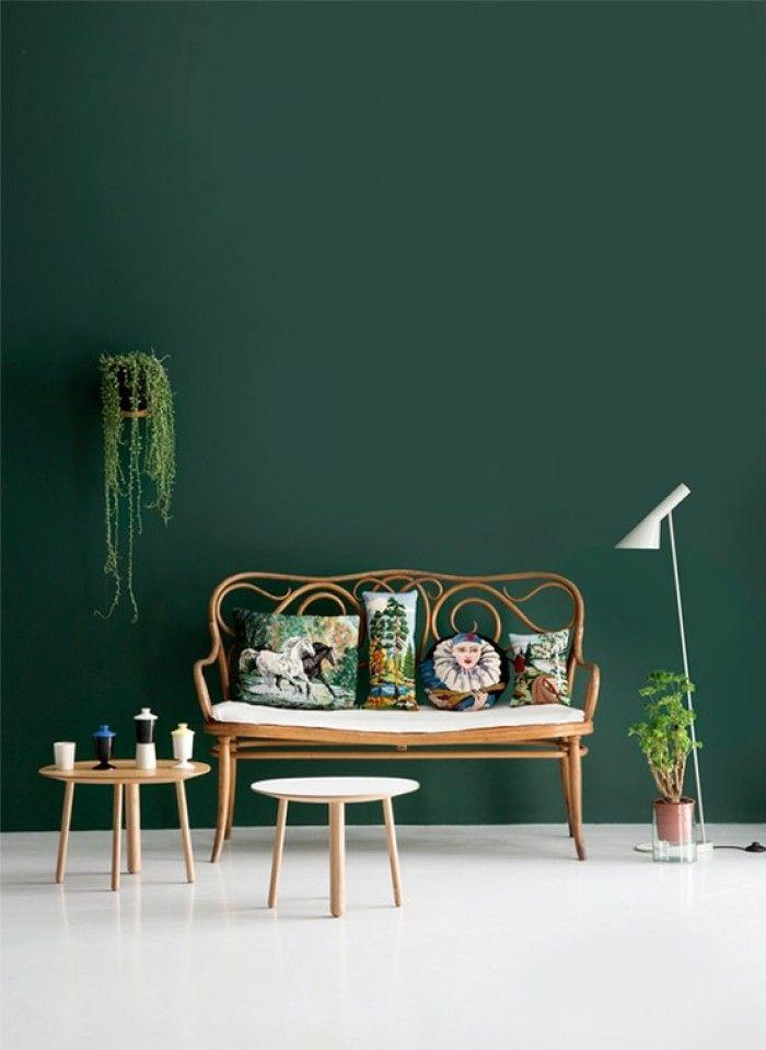 groene muur! Combineert met mooi vintage, hout, planten, strakke witte ...