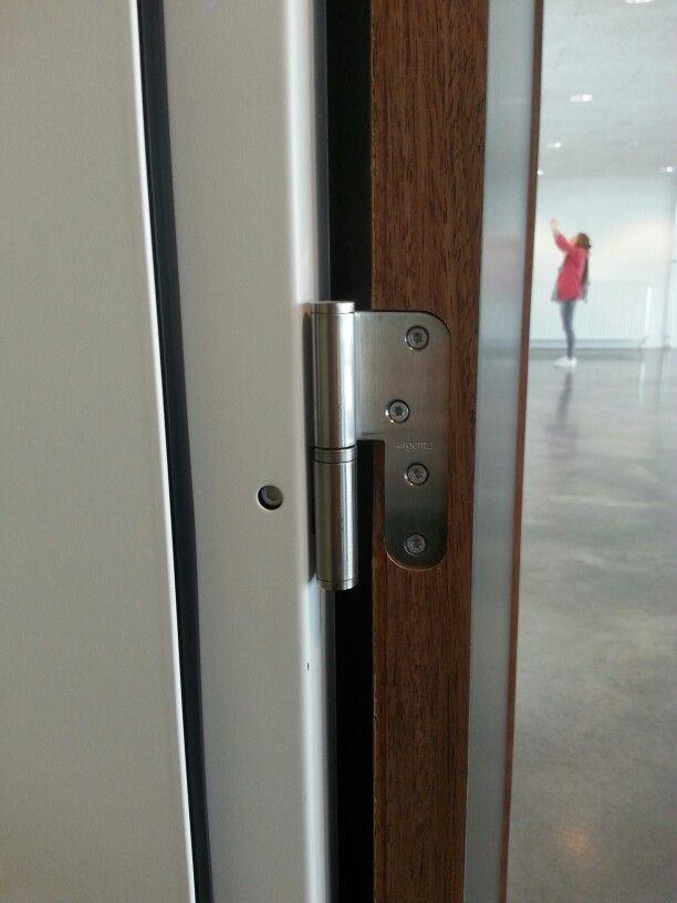 De deurscharnieren zijn kleine, statische punten.
